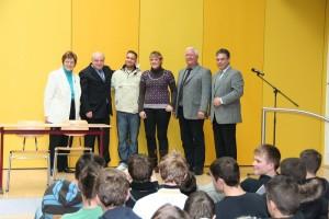 Irmgard  Vogelsang (von links),  Klaus  Krumfuß, Schülersprecher Nikolay Schneider, Schülersprecherin Katrin Baun, Hans-Peter Rehme und Clemens Lammerskitten