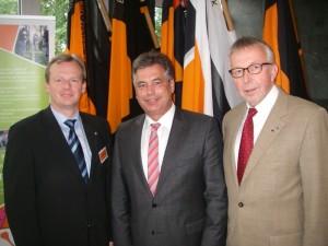 Bild: Norbert Frische, Clemens Lammerskitten und Franz-Josef Schwack auf der Diözesanversammlung in Bohmte