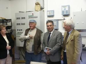 Über die Entwicklungsgeschichte des Hähnchenmaststalles informierte Hubert Schawe (2. von links) Marlies Robben, Clemens Lammerskitten und Alfred Lindner (von links)