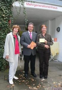 Die zukunftsweisende Idee des Mehrgenerationhauses überzeugt (von links) Renate Hartong, Clemens Lammerskitten und Jasmin Bergel.